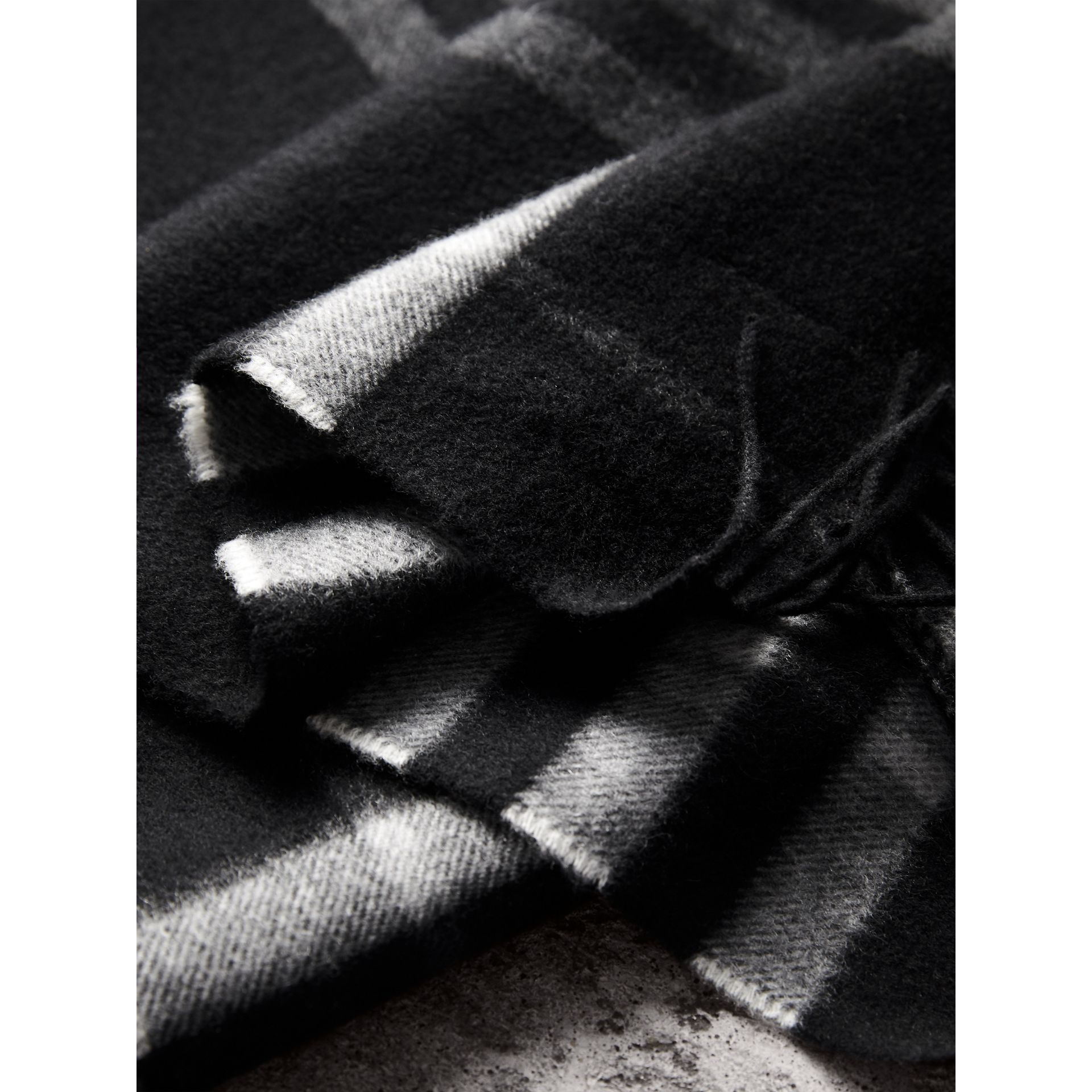 The Classic Check Cashmere Scarf in Black | Burberry Hong Kong - gallery image 4
