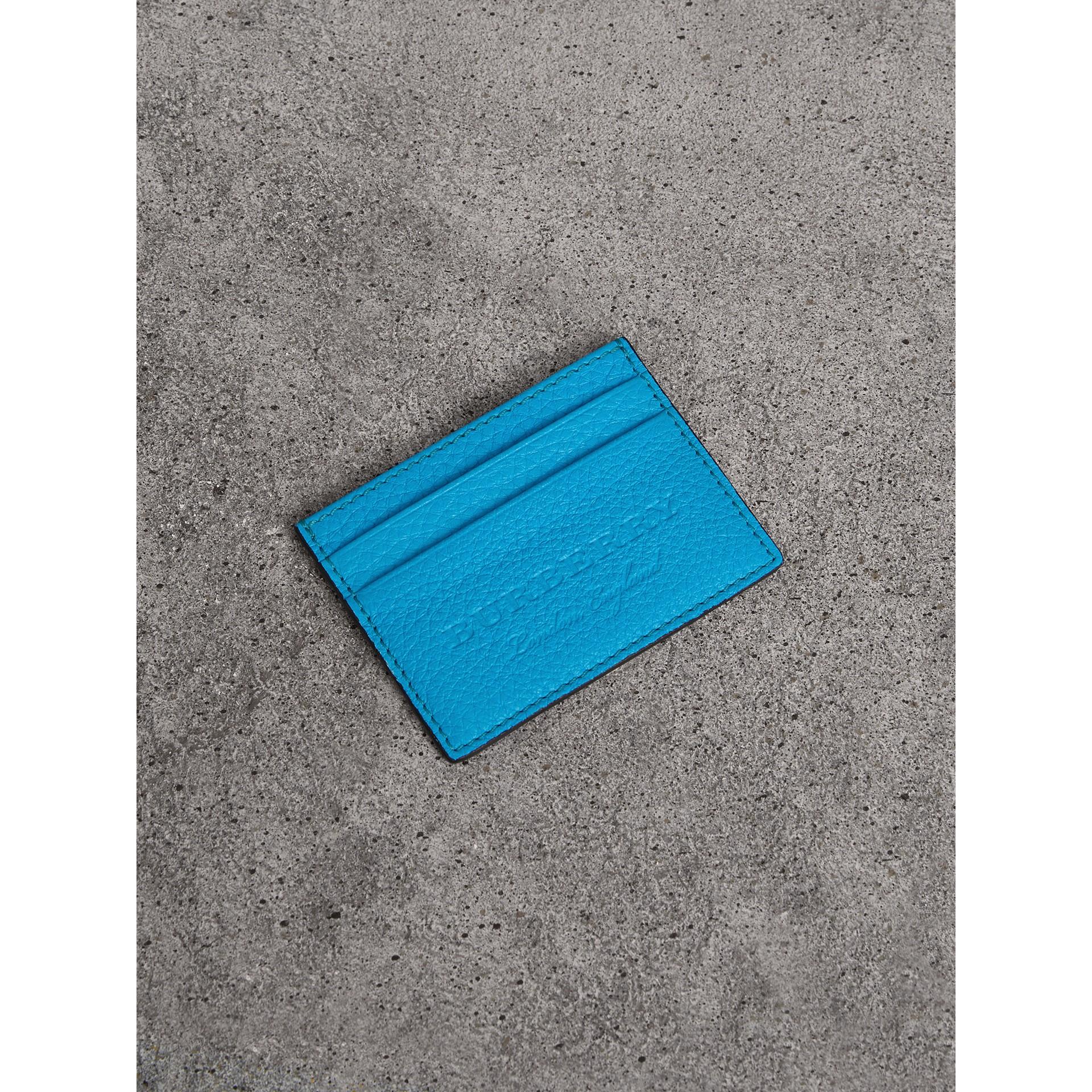 Porta-cartões de couro texturizado com detalhe em relevo (Azul Neon) | Burberry - galeria de imagens 0