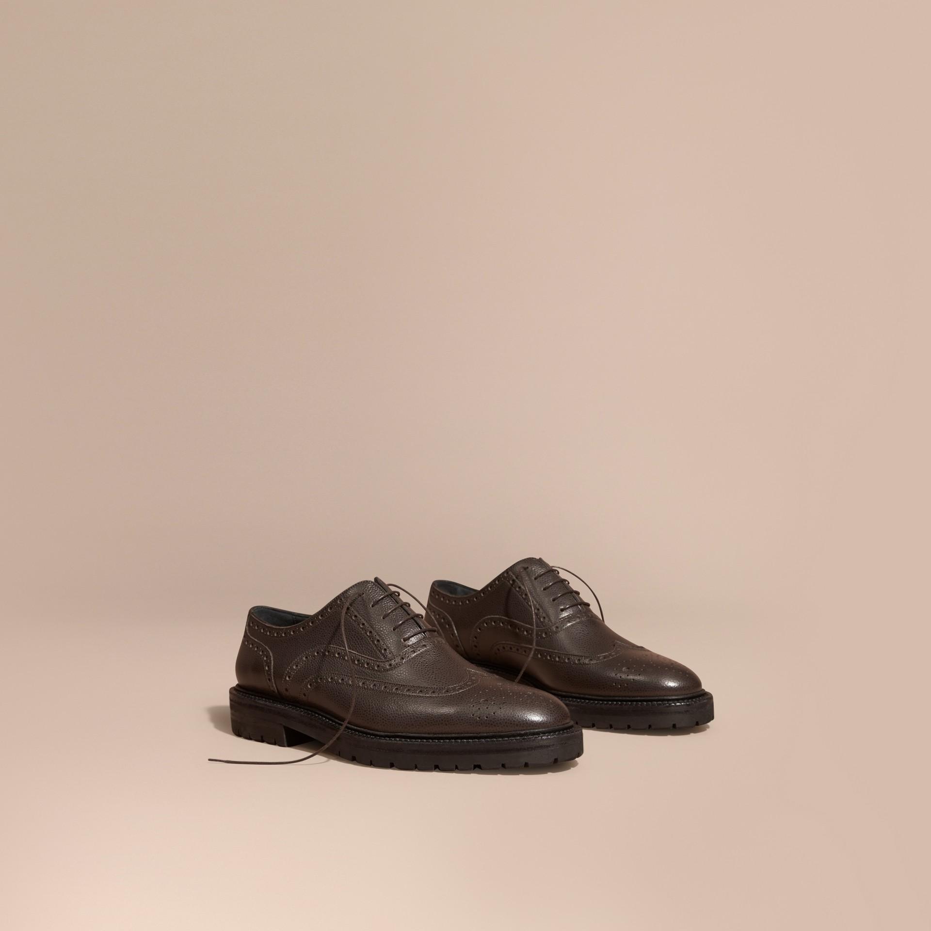 Chocolat amer Chaussures Richelieu en cuir grené à bout golf avec semelles en caoutchouc Chocolat Amer - photo de la galerie 1