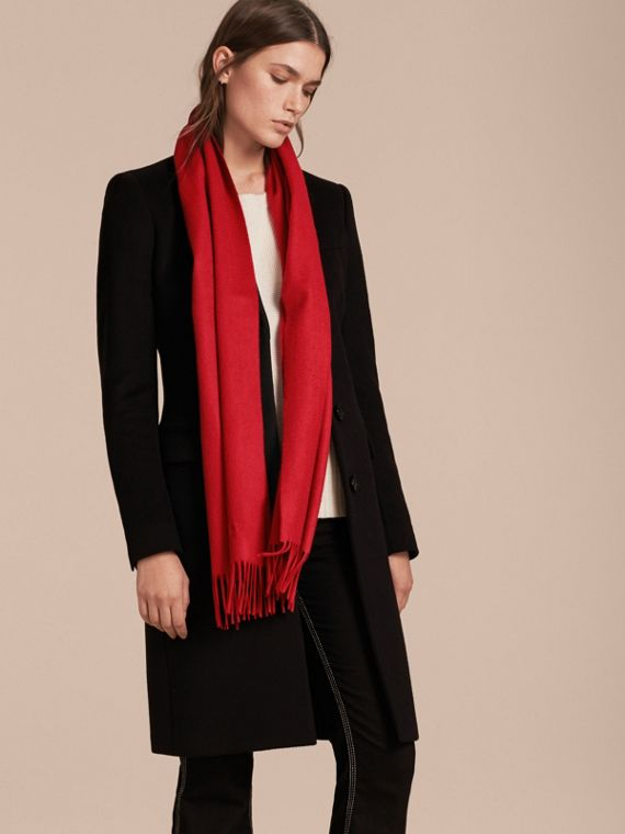 The Classic Cashmere Scarf in Parade Red - cell image 2