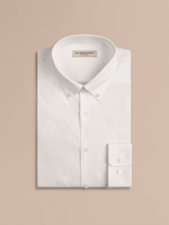 Camicia sfiancata in cotone stretch con colletto button-down (Bianco)
