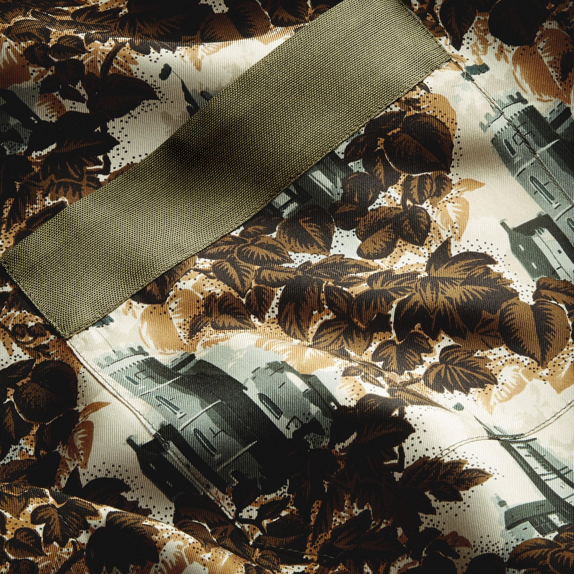 Vert olive Manteau peignoir en sergé de soie à imprimé château - photo de la galerie 2