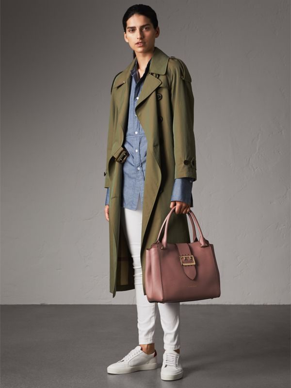 The Medium Buckle Tote in Grainy Leather in Dusty Pink - Women | Burberry United Kingdom - cell image 2