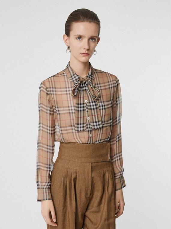 Blusa en seda a cuadros Vintage Checks con lazada al cuello (Beige)