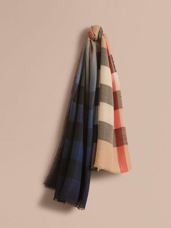 The Lightweight Cashmere Scarf in Ombré Check in Camel/navy
