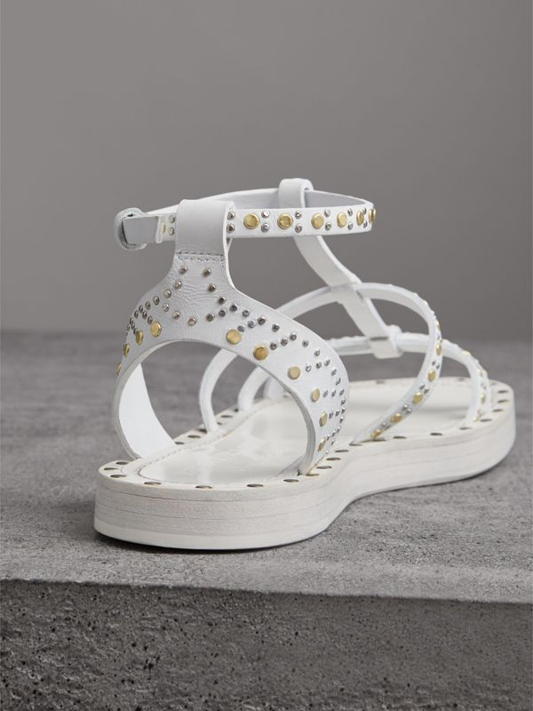 Sandálias gladiador de couro com rebites (Branco Óptico) - Mulheres | Burberry - cell image 3