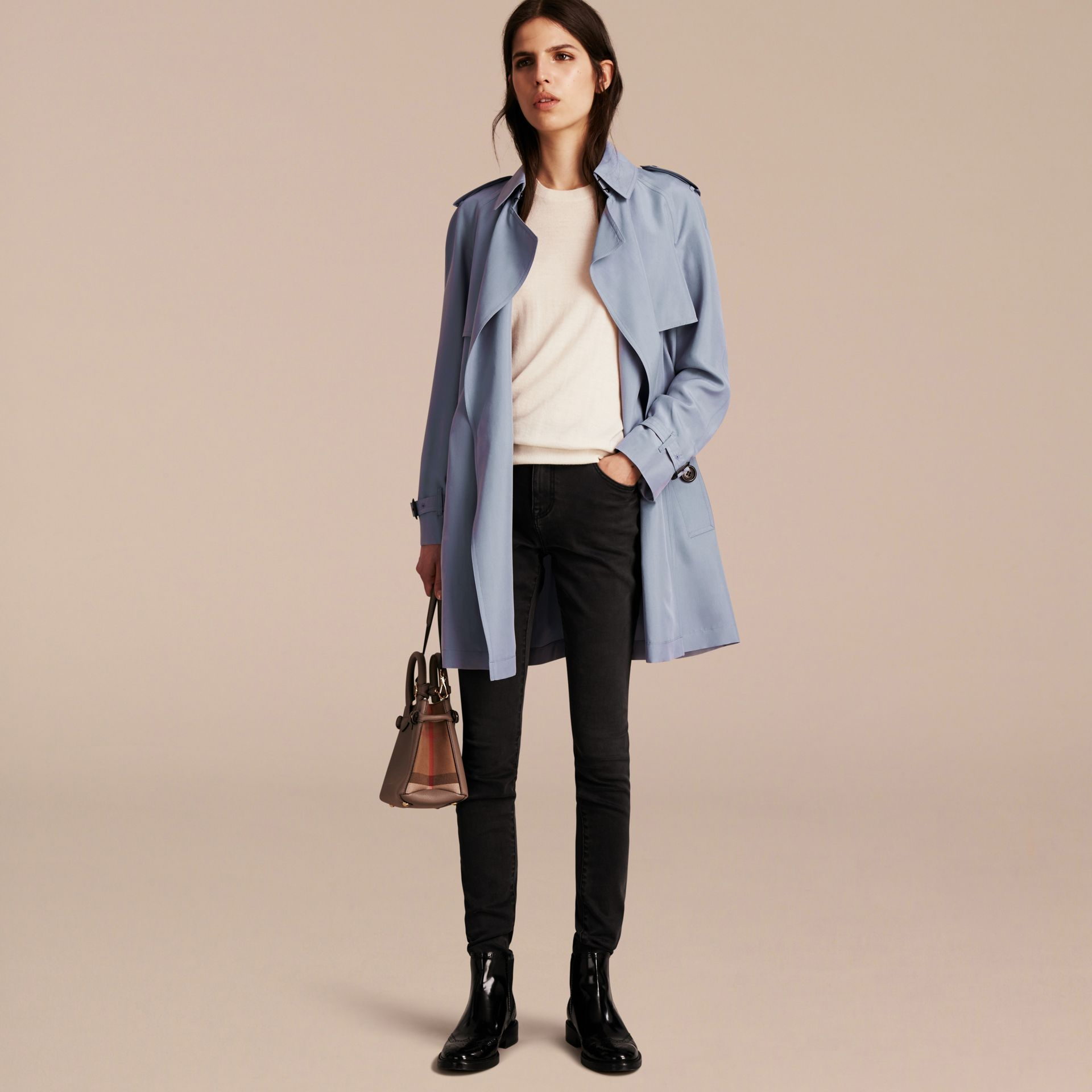 Bleu pâle Trench-coat portefeuille léger en soie flammée - photo de la galerie 6