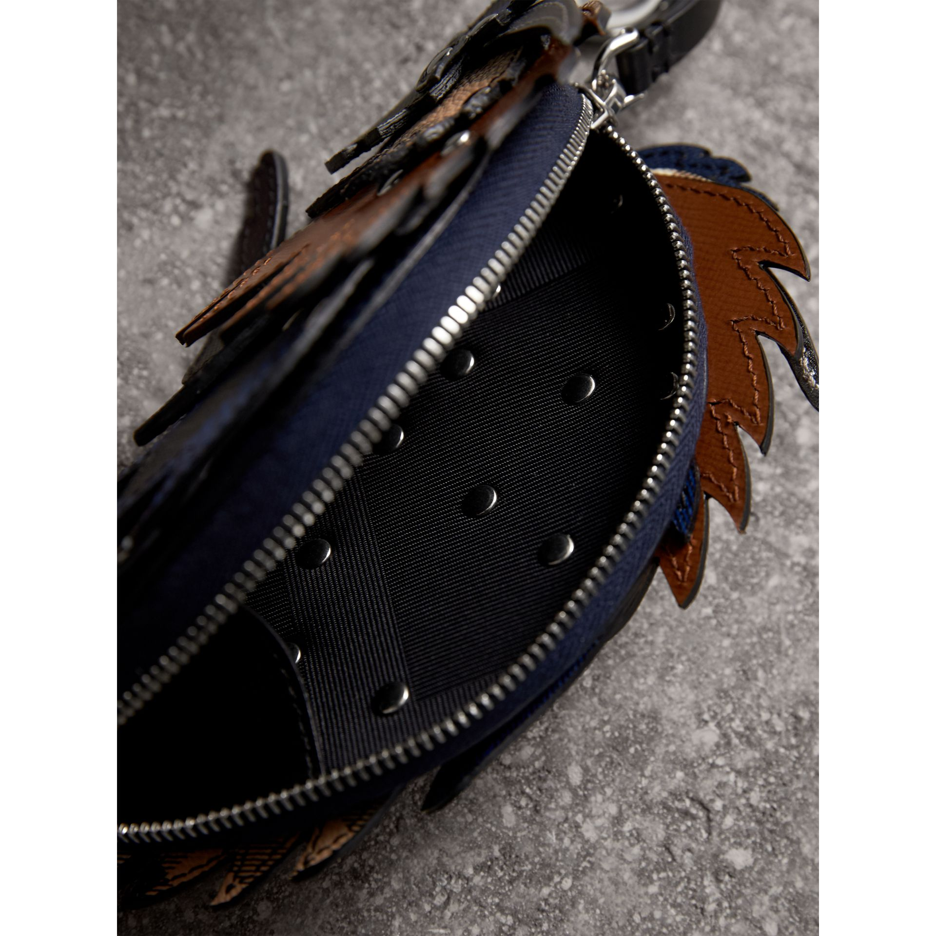Pochette The Bull en cuir avec motif check (Lapis Vif) - Homme | Burberry - photo de la galerie 4