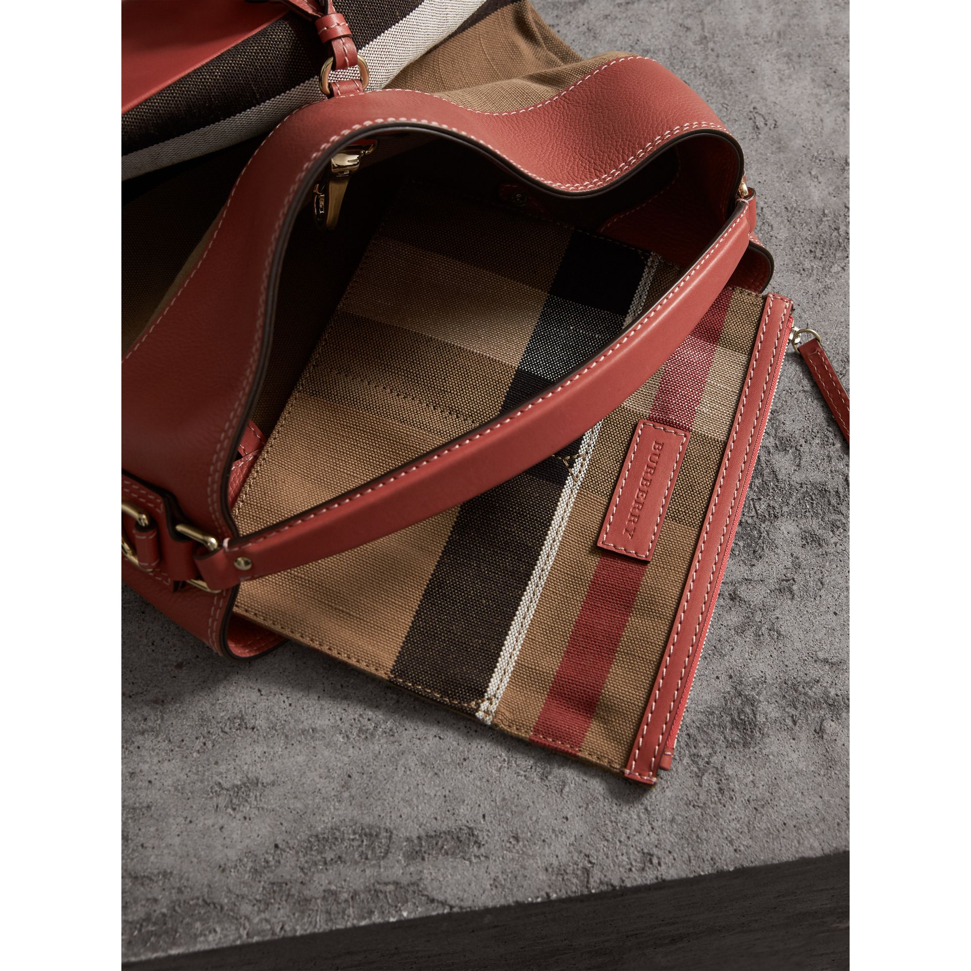 The Medium Ashby aus Canvas Check-Gewebe mit Lederbesatz (Zimtrot) - Damen | Burberry - Galerie-Bild 5