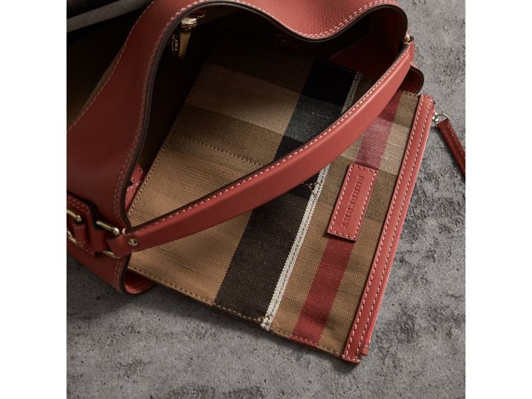 The Ashby media con pelle e motivo Canvas check (Rosso Cannella) - Donna | Burberry - cell image 4