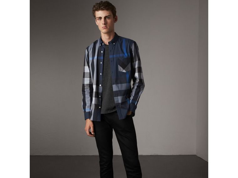 Camicia in misto cotone stretch con motivo tartan e colletto button-down (Blu Tela) - Uomo | Burberry - cell image 4