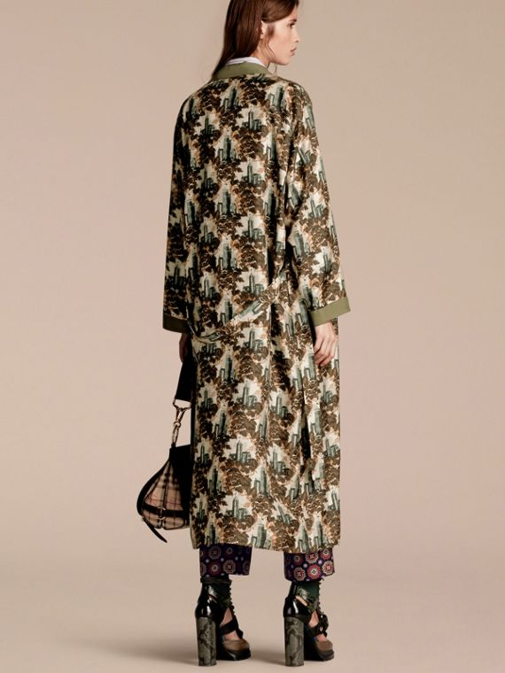 Verde oliva Cappotto a vestaglia in twill di seta con stampa castello - cell image 2