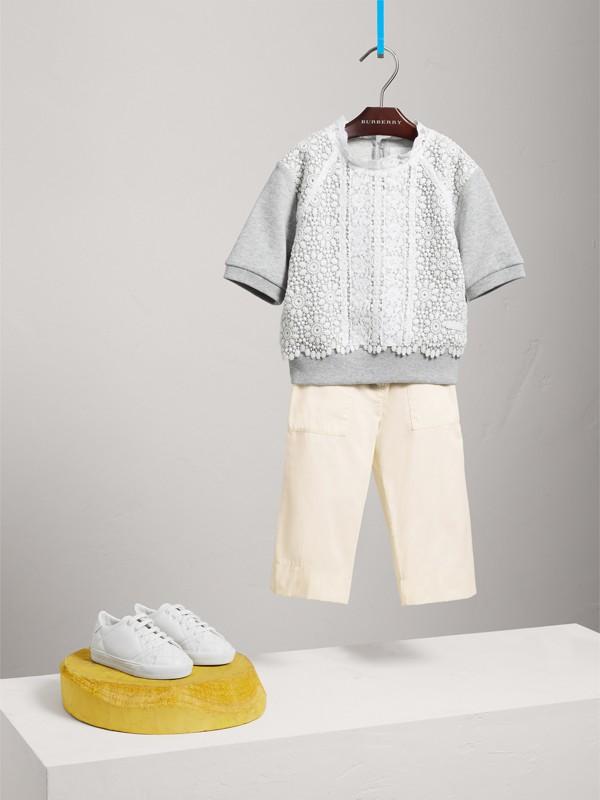 Suéter de mangas curtas em malha de algodão com detalhe de renda (Cinza Mesclado) | Burberry - cell image 2