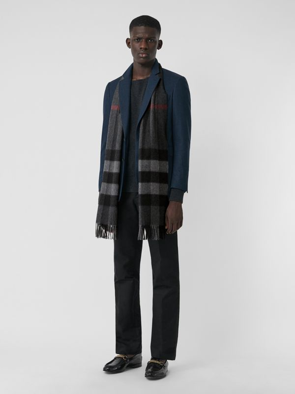 The Large Classic Cashmere Scarf in Check in Charcoal | Burberry - cell image 3