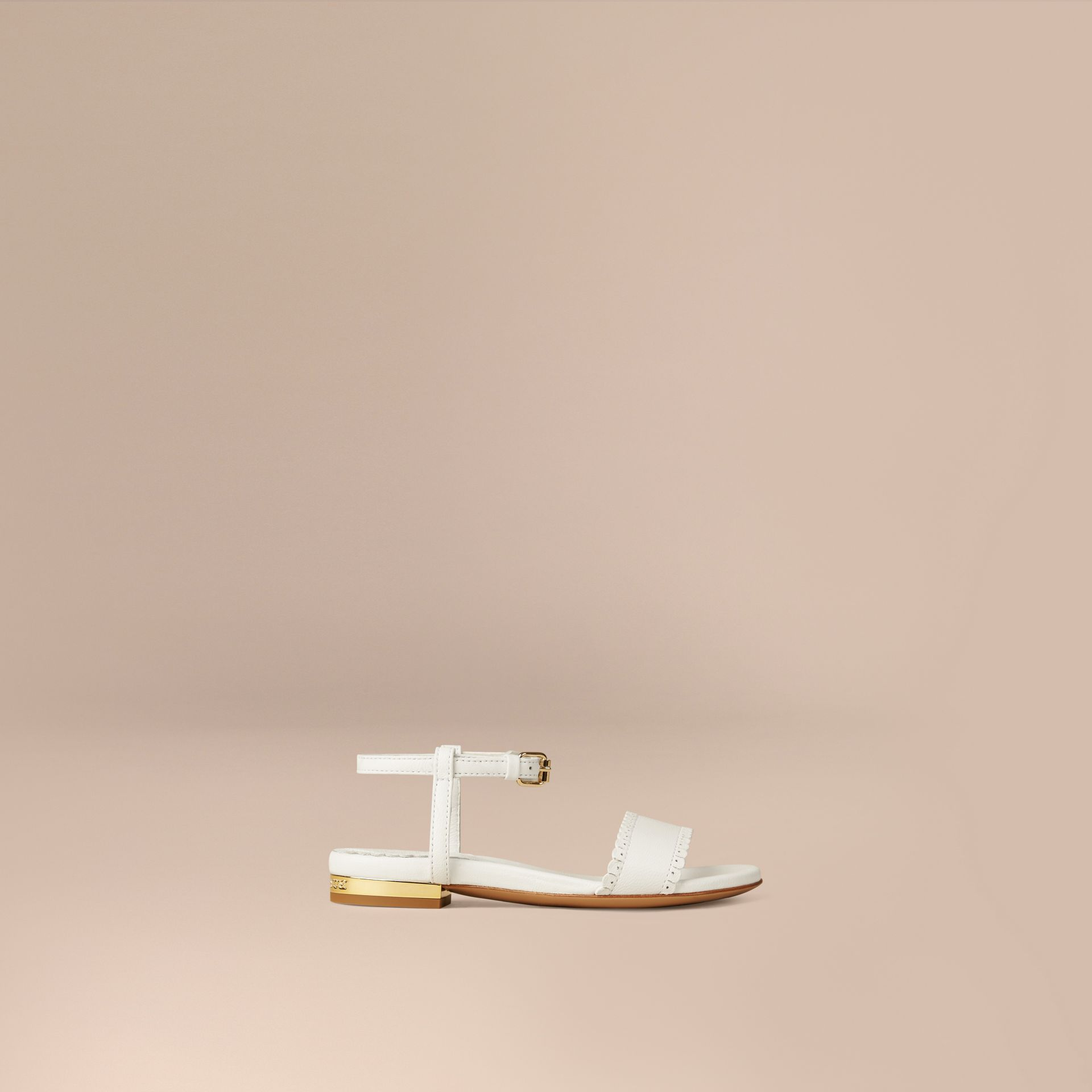 Bianco ottico Sandali in pelle con finiture smerlate - immagine della galleria 1