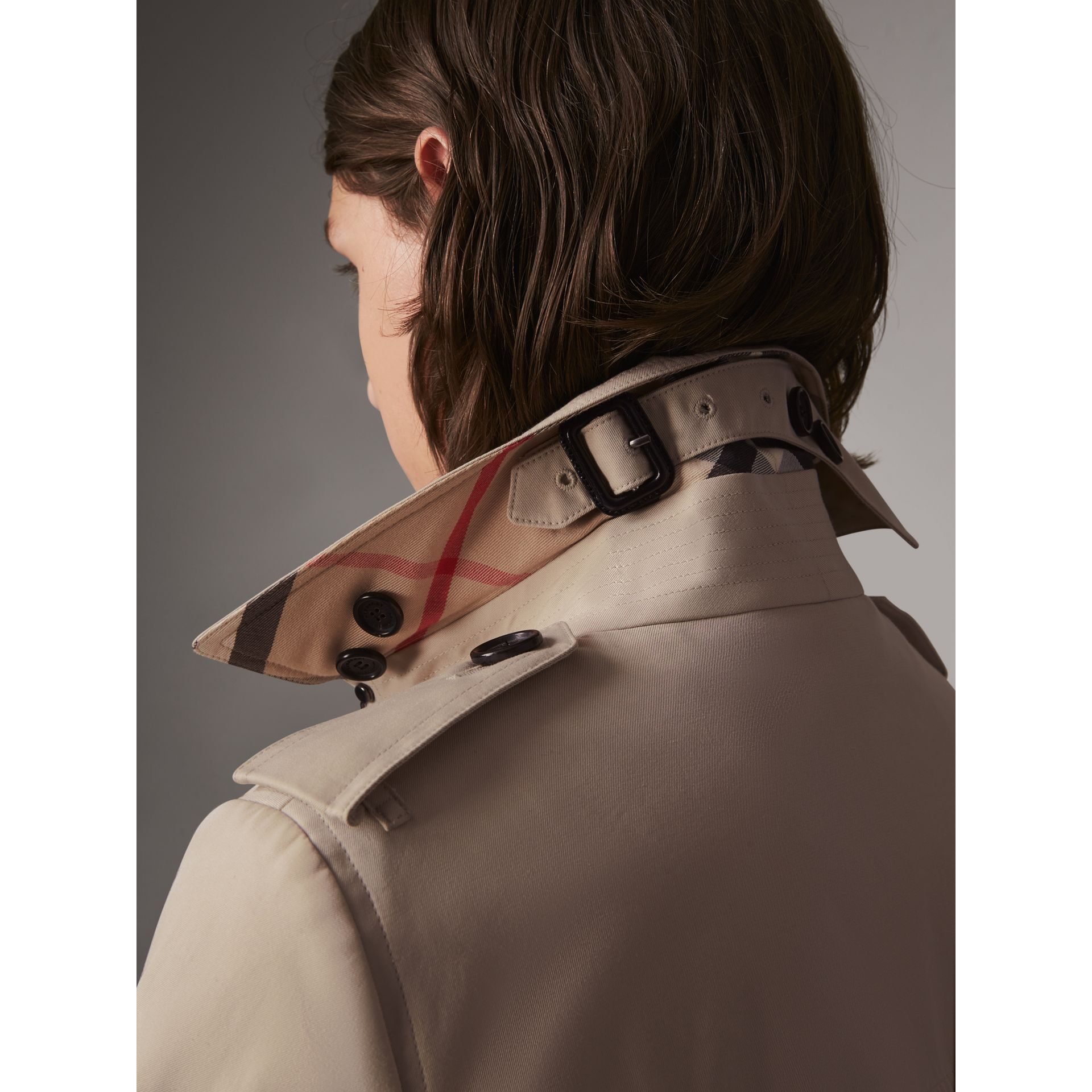 The Sandringham – Short Heritage Trench Coat in Stone - Women | Burberry - gallery image 5