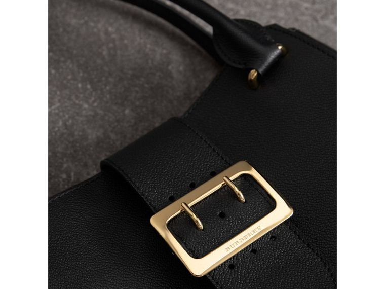 The Medium Buckle Tote aus genarbtem Leder (Schwarz) - Damen | Burberry - cell image 1