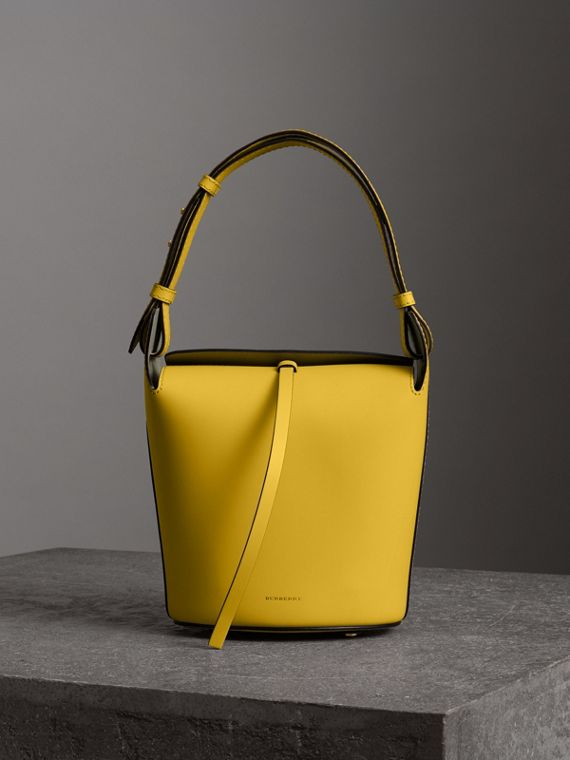 Borsa Burberry Bucket piccola in pelle (Giallo Larice Intenso)