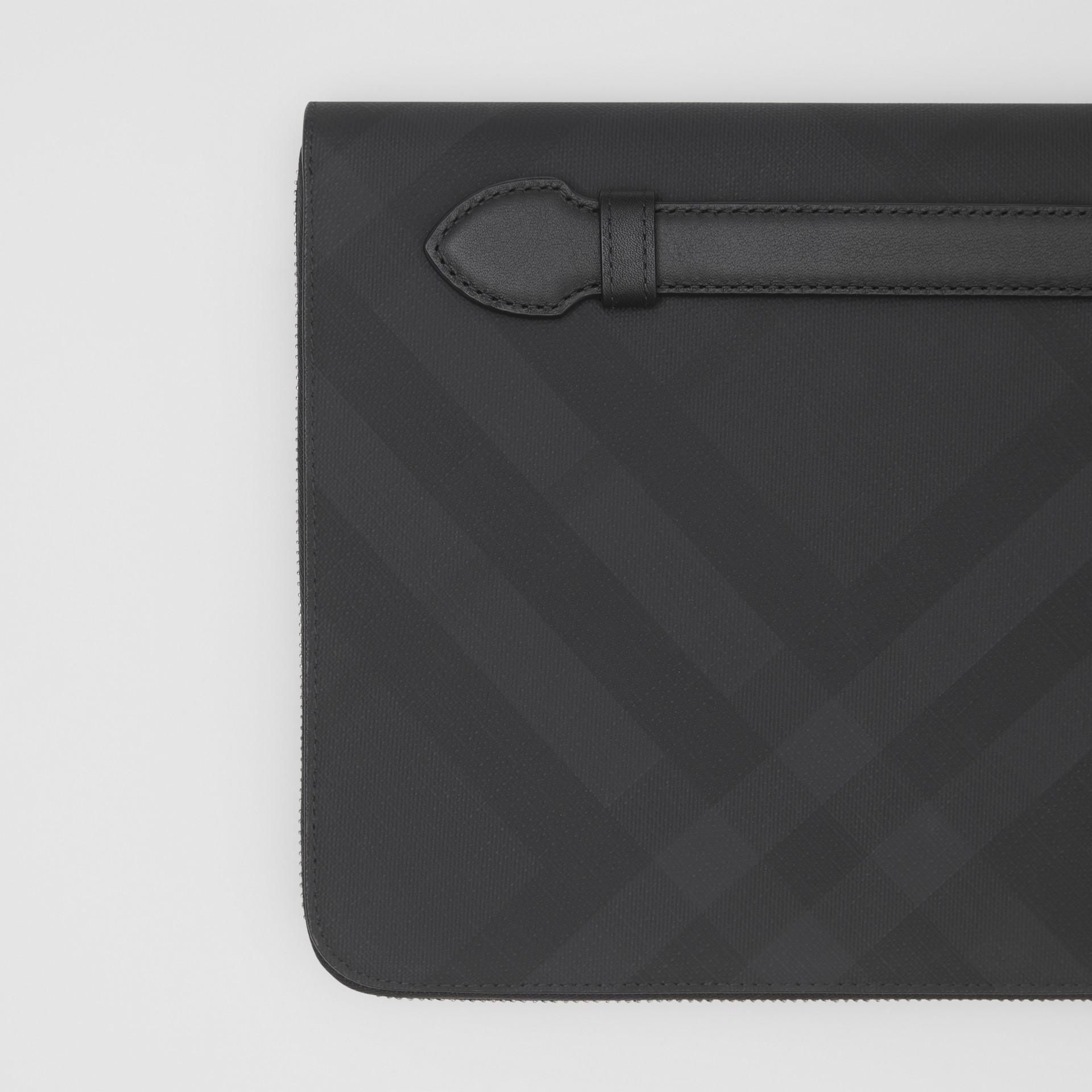 Pochette zippée en tissu London check et cuir (Anthracite Sombre) - Homme | Burberry - photo de la galerie 1