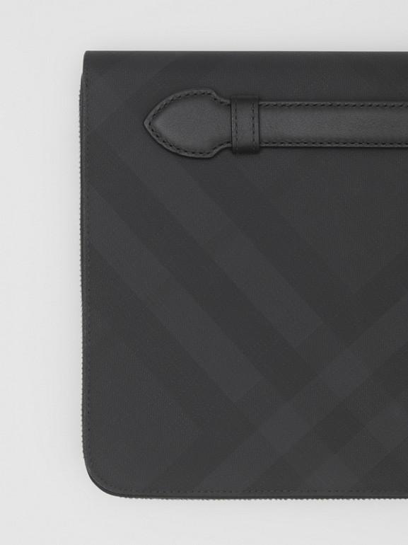 Pochette zippée en tissu London check et cuir (Anthracite Sombre) - Homme | Burberry - cell image 1