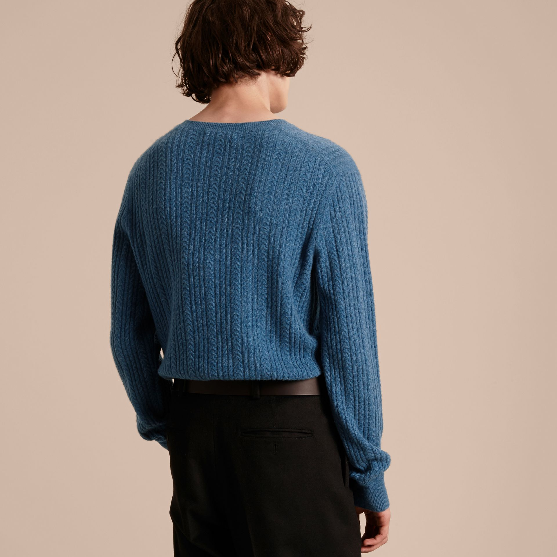 Azul hortênsia Suéter de cashmere em ponto Aran Azul Hortênsia - galeria de imagens 3