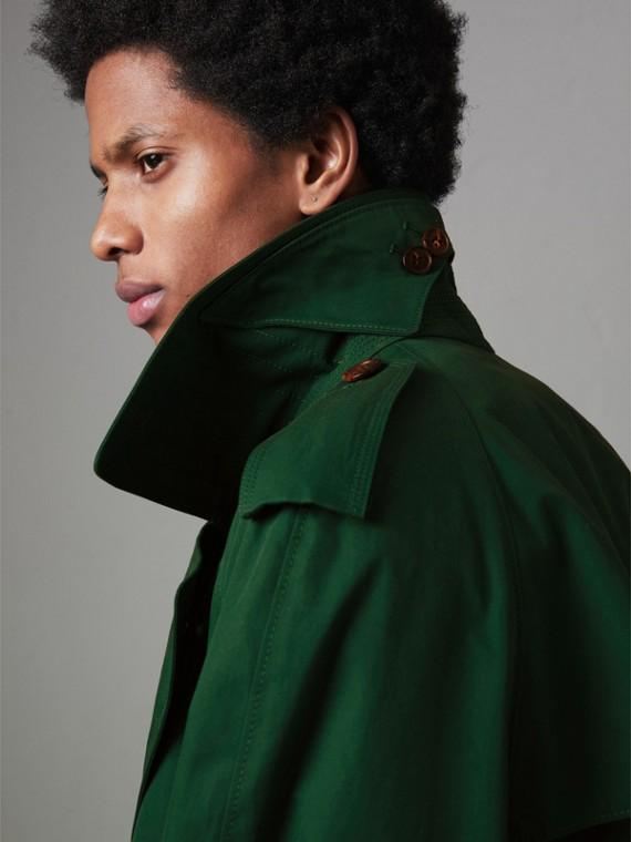 Trench coat de gabardine de algodão com detalhe de aba sobreposta (Verde Viridiano Escuro)