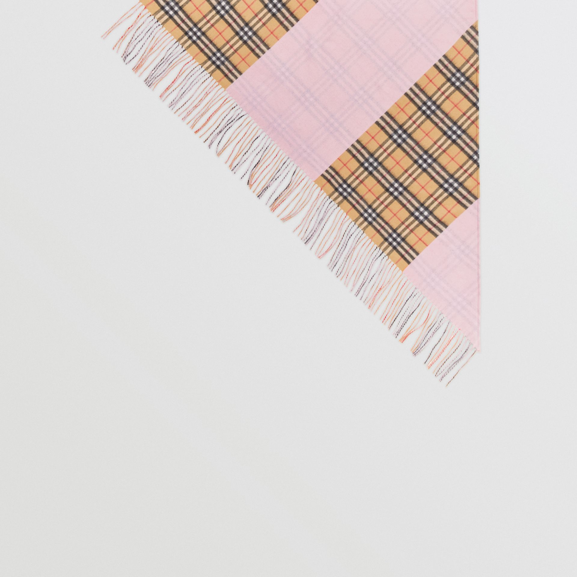 The Burberry Bandana in cashmere con motivo Vintage check (Rosa Pallido) | Burberry - immagine della galleria 4