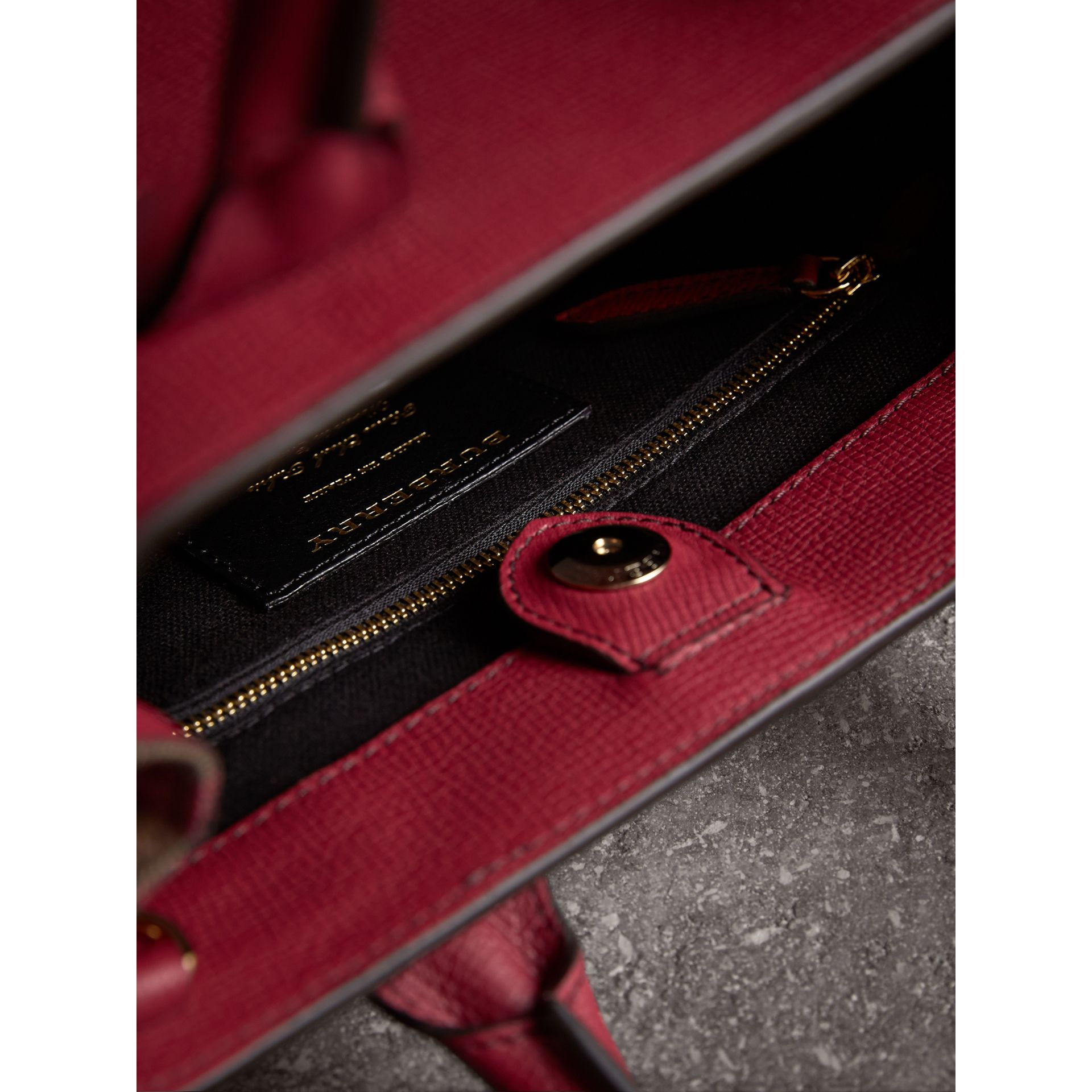 Petit sac The Banner en cuir et coton House check (Rouge Feuille Morte) - Femme | Burberry - photo de la galerie 6