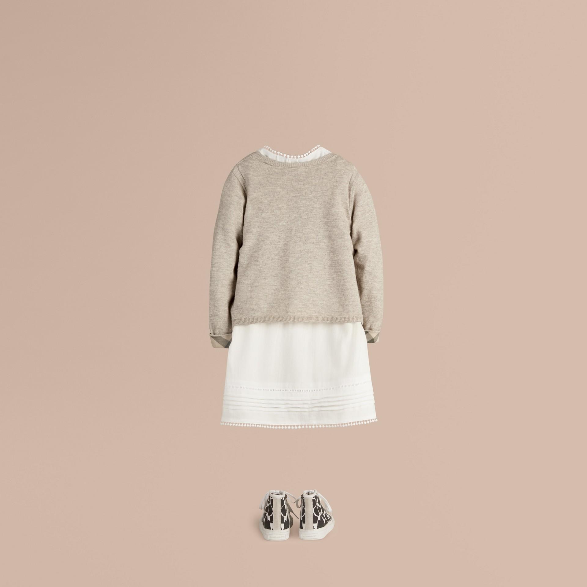 Camaïeu de gris pâles Cardigan en maille de coton avec poignets à motif check Camaïeu  Gris Pâles - photo de la galerie 3