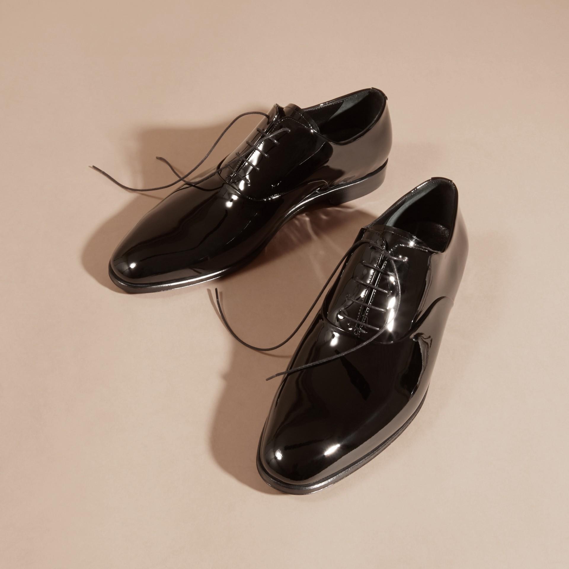 Scarpe da sera con lacci in pelle lucida - immagine della galleria 3