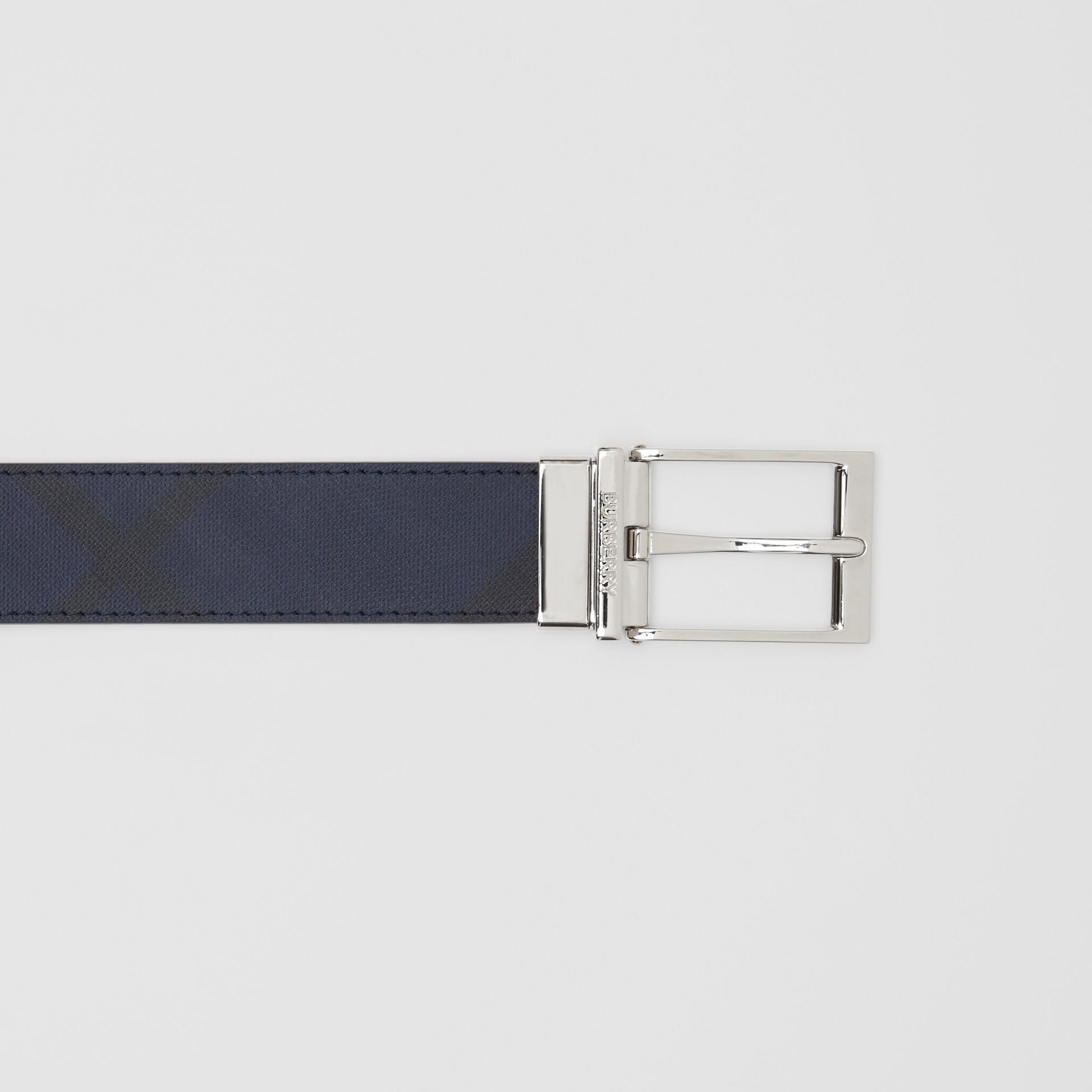 リバーシブル ロンドンチェック&レザー ベルト (ネイビー/ブラック) - メンズ | バーバリー - ギャラリーイメージ 1