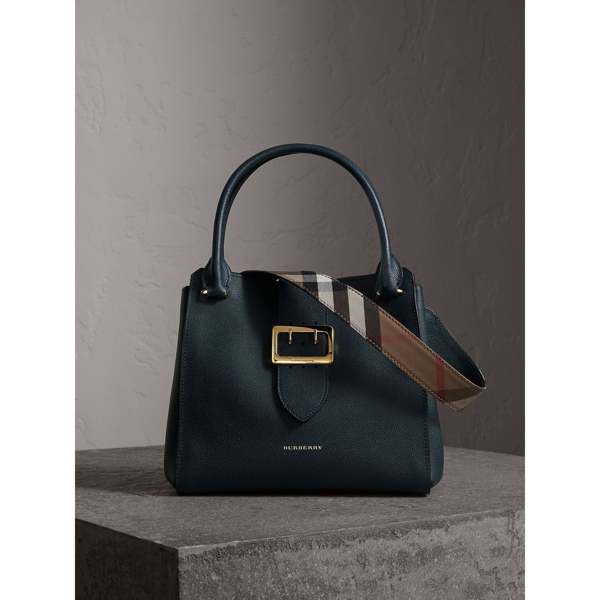Borsa tote The Buckle media in pelle a grana (Blu Carbonio) - Donna | Burberry - immagine della galleria 1