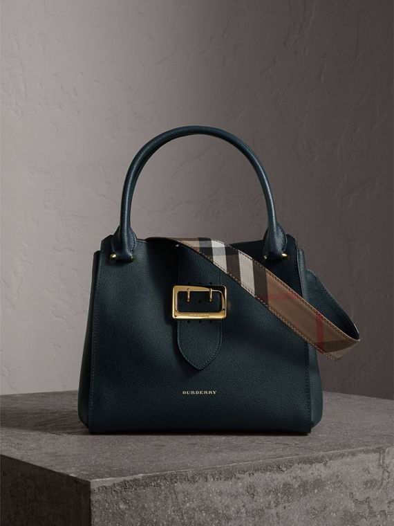 The Medium Buckle Tote aus genarbtem Leder (Carbonblau)
