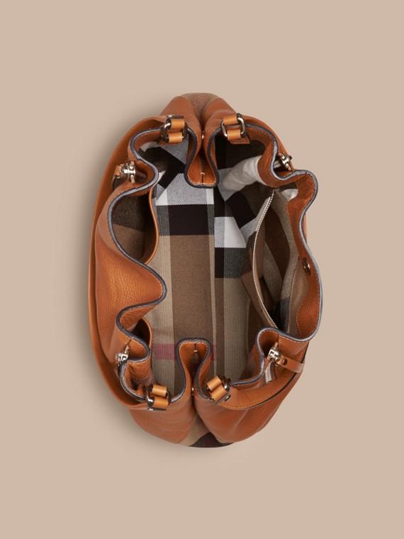 Marron cigare Sac tote medium en cuir orné de touches check Marron Cigare - cell image 3