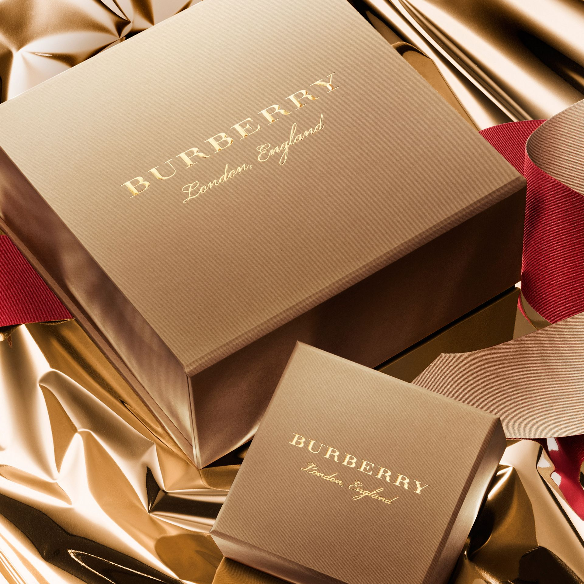 Gold Glow Fragranced Luminising Powder – Gold No.01 Limited Edition - Women | Burberry United States - gallery image 3