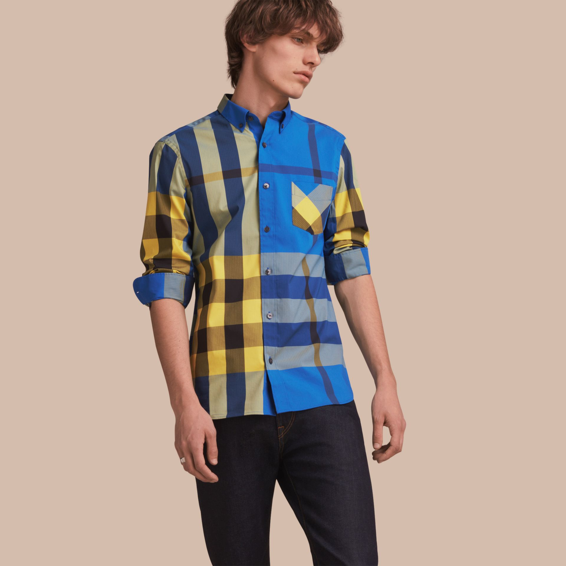 Camicia in misto cotone stretch con motivo tartan e colletto button-down (Blu Tela Intenso) - Uomo | Burberry - immagine della galleria 1