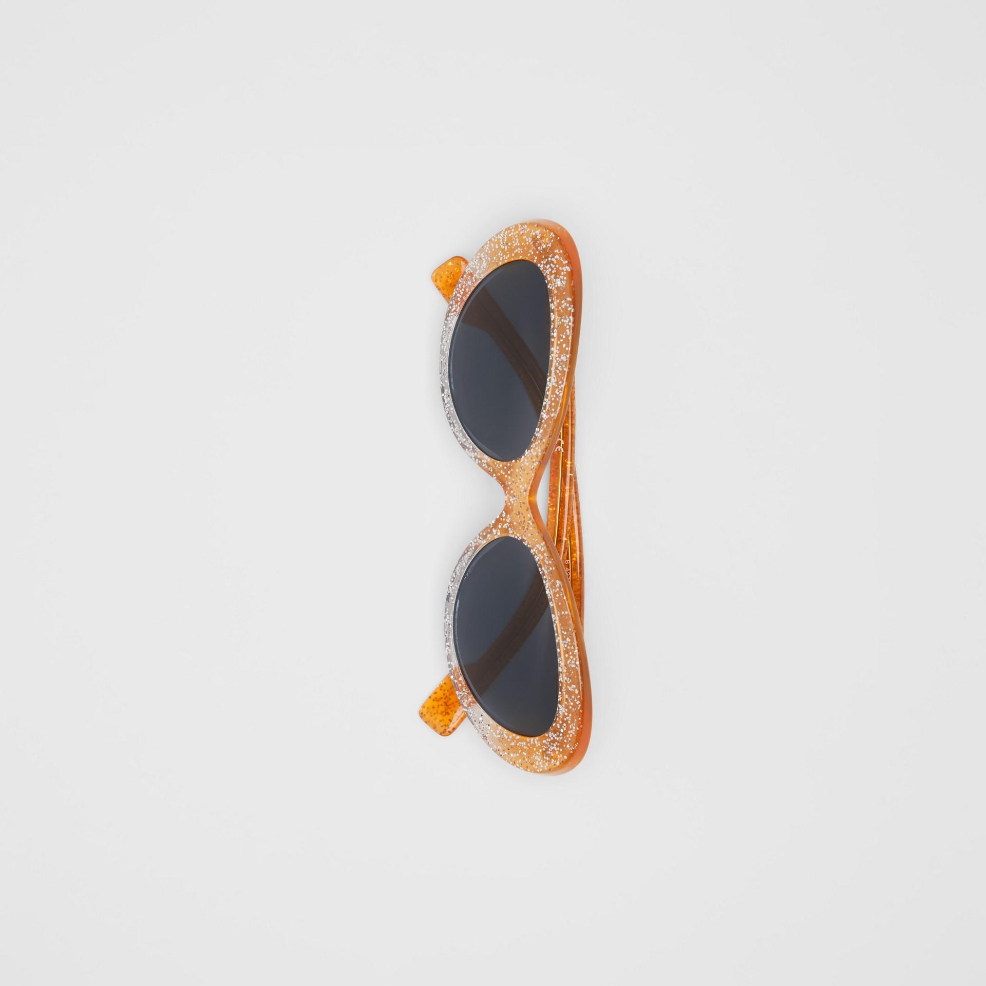 Óculos de sol com armação gatinho e detalhe de glitter (Laranja) - Mulheres | Burberry - galeria de imagens 3
