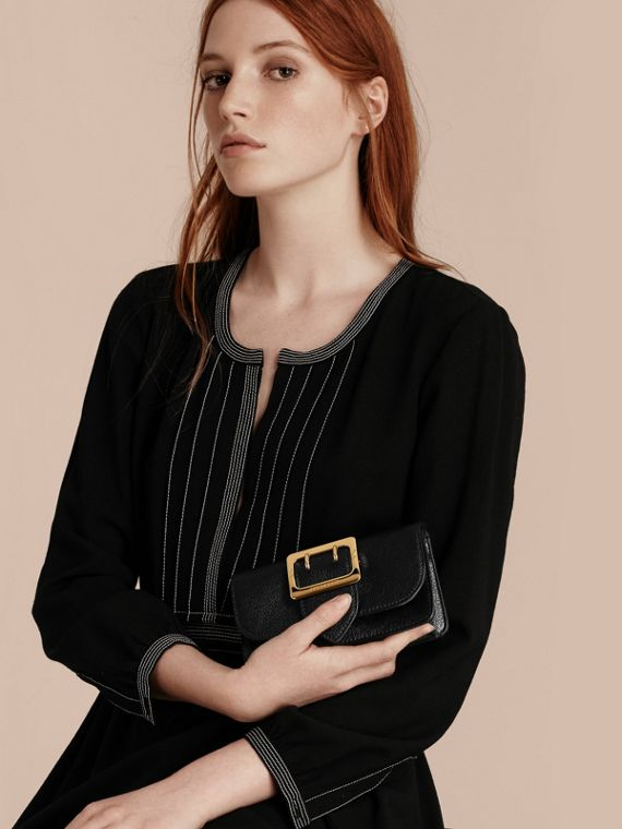 The Mini Buckle Bag aus genarbtem Leder (Schwarz) - cell image 2