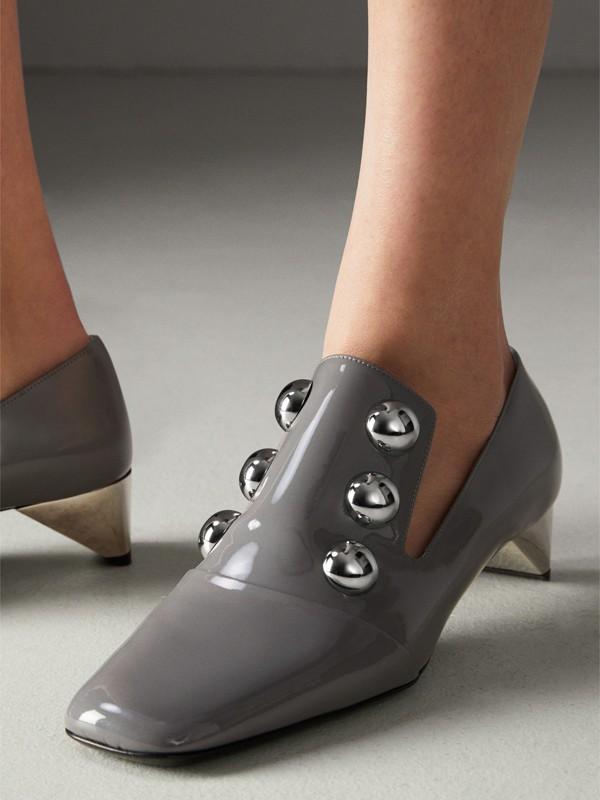 Sapatos de couro envernizado com detalhe de tachas (Cinza Médio) - Mulheres | Burberry - cell image 2
