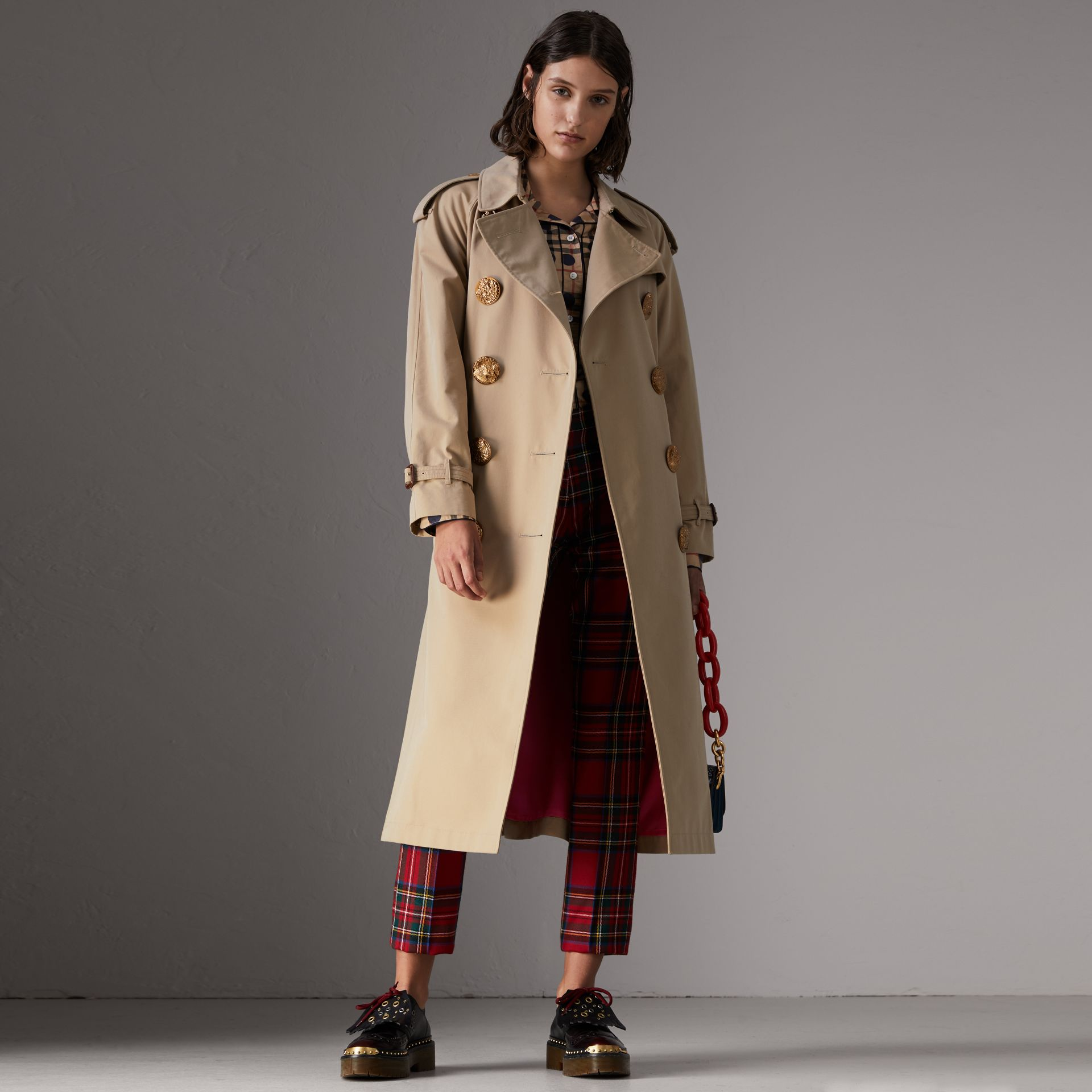 Trench coat in gabardine di cotone con bottoni decorati (Miele) - Donna | Burberry - immagine della galleria 0