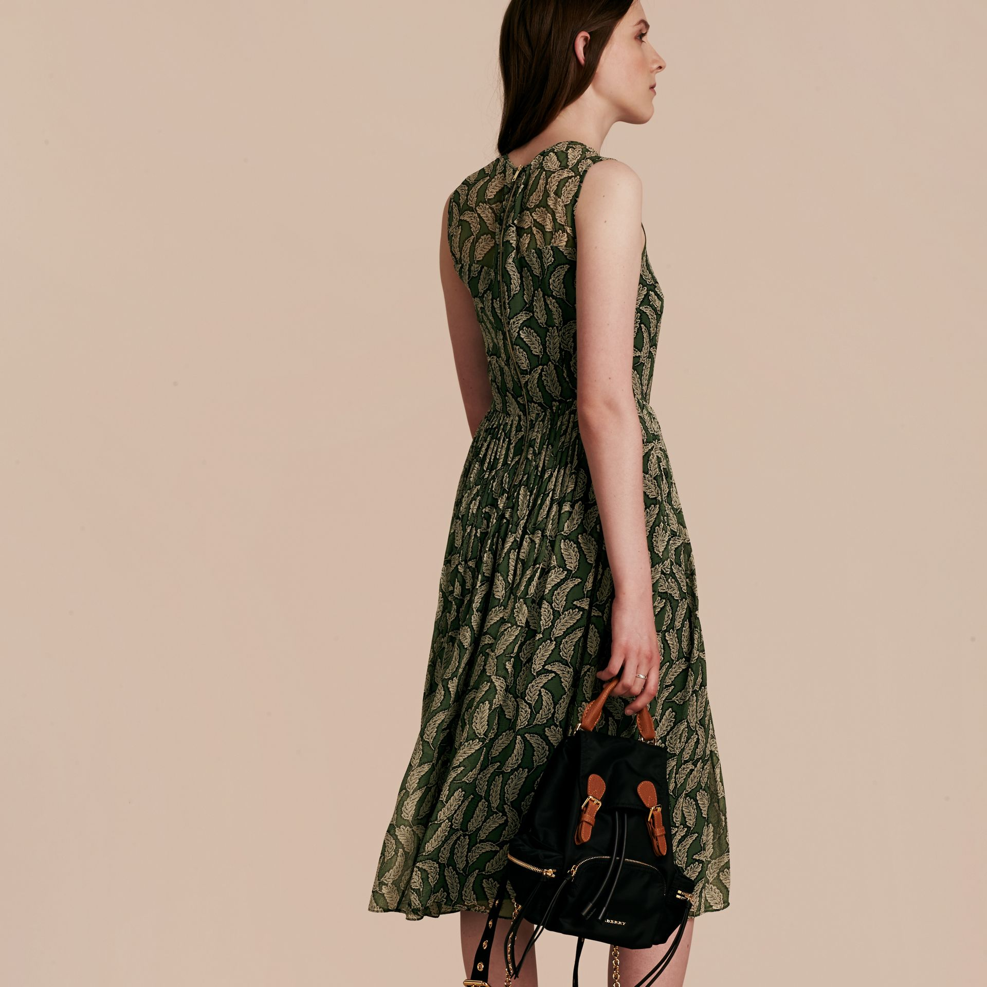 Verde polvere Abito longuette in seta con stampa a foglia - immagine della galleria 3