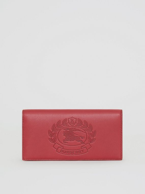 Carteira continental de couro com emblema em relevo (Carmesim)
