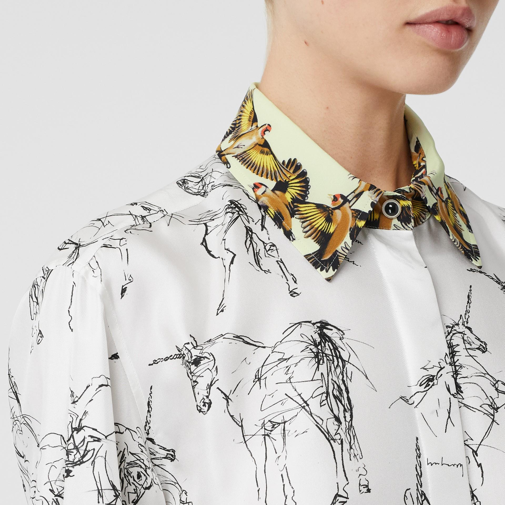 Camisa en sarga de seda con estampado de gorilas y unicornios (Blanco / Negro) - Mujer | Burberry - imagen de la galería 1
