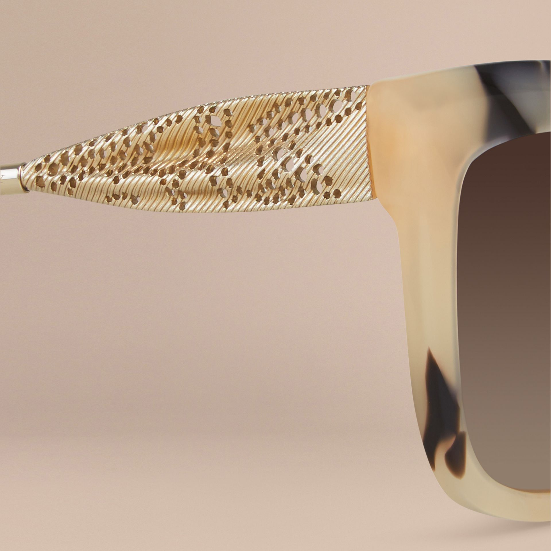 Corne demi-teinte Lunettes de soleil à monture carrée – Collection Dentelle de gabardine Corne Demi-teinte - photo de la galerie 2
