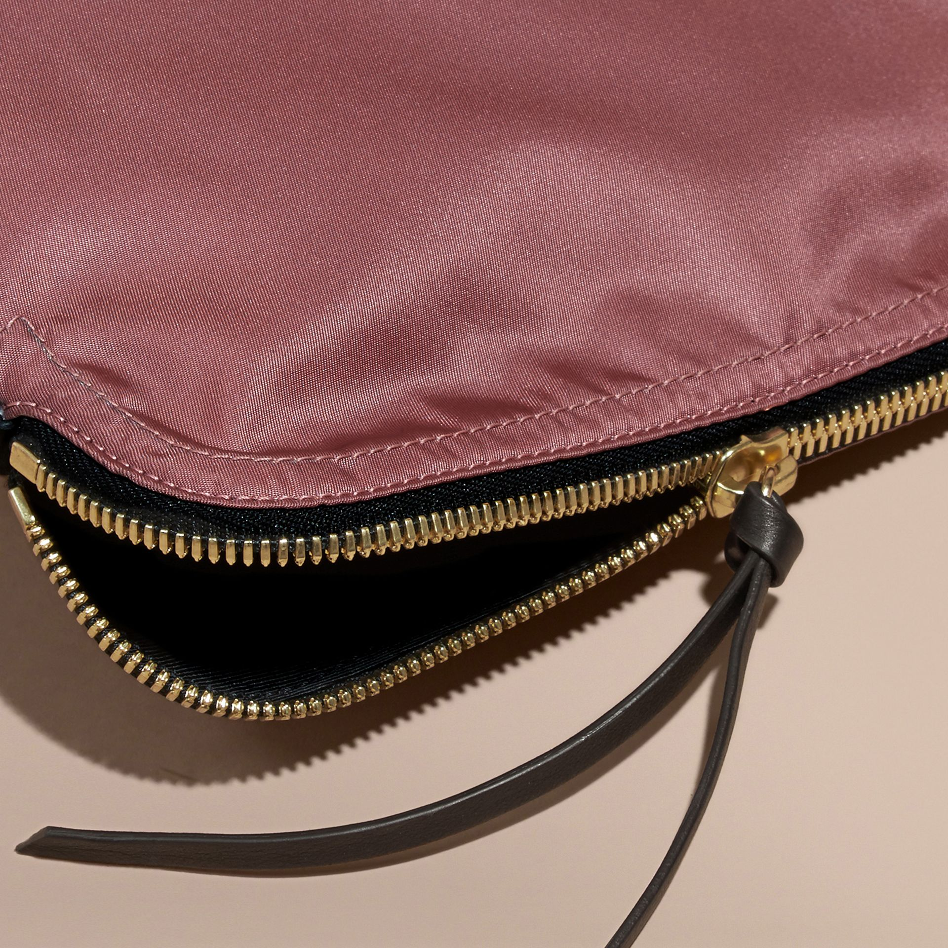 Grande pochette zippée en nylon technique (Rose Mauve) - Femme | Burberry - photo de la galerie 6