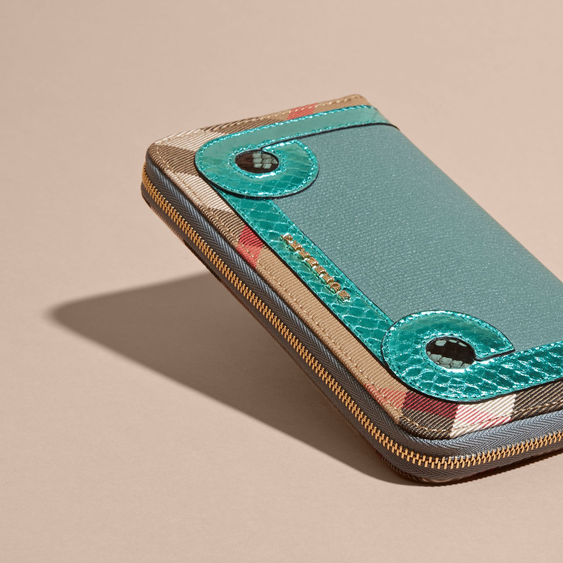 Azul celadón Cartera con cremallera perimetral en piel de serpiente y House Checks Azul Celadón - imagen de la galería 3