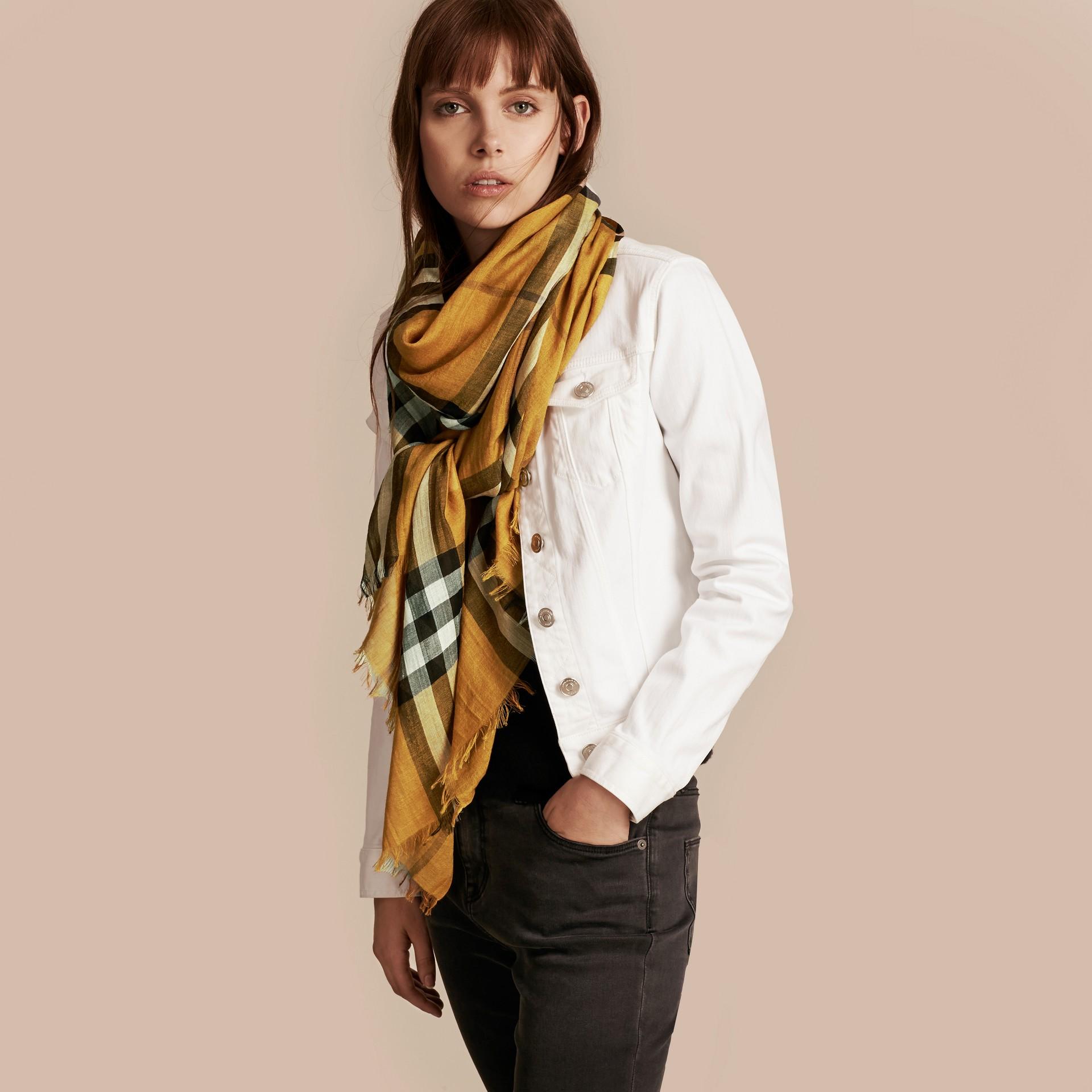 Giallo ambra Sciarpa leggera in lana e seta con motivo check Giallo Ambra - immagine della galleria 3