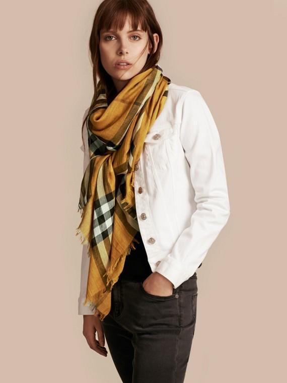 Giallo ambra Sciarpa leggera in lana e seta con motivo check Giallo Ambra - cell image 2