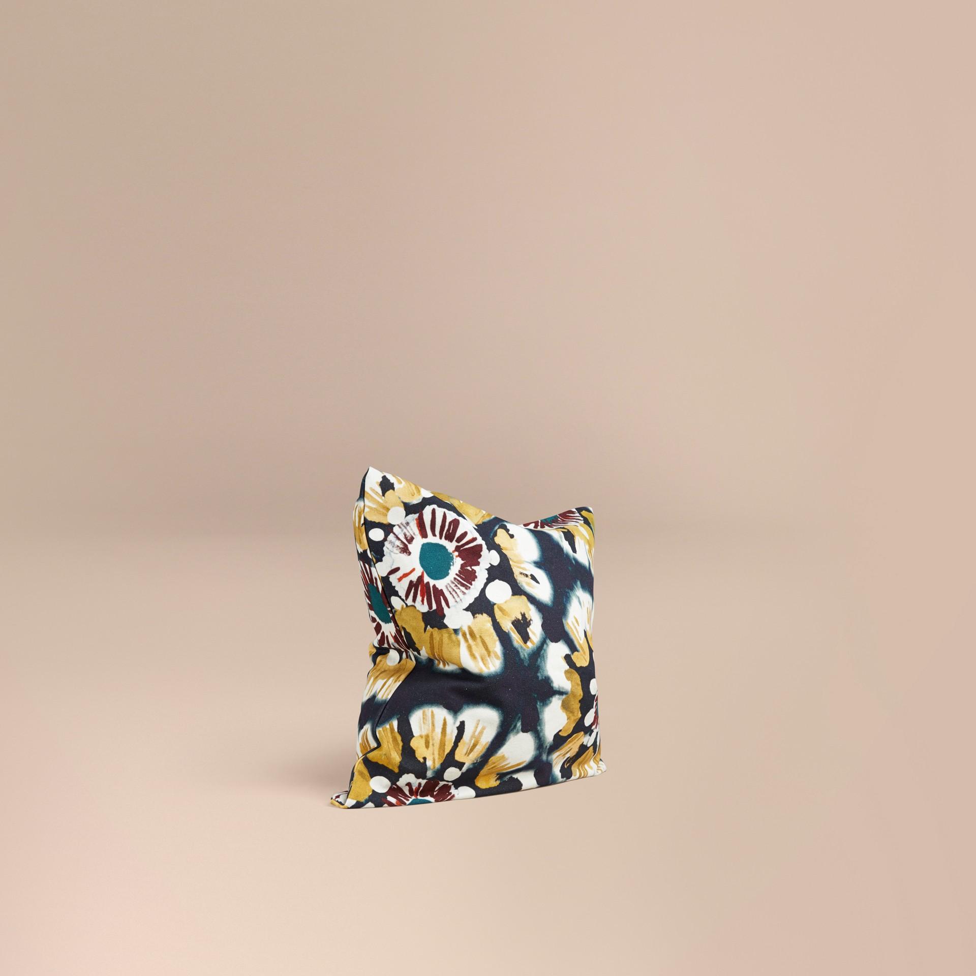 Encre Housse de coussin en coton à motif floral façon tie and dye Encre - photo de la galerie 1