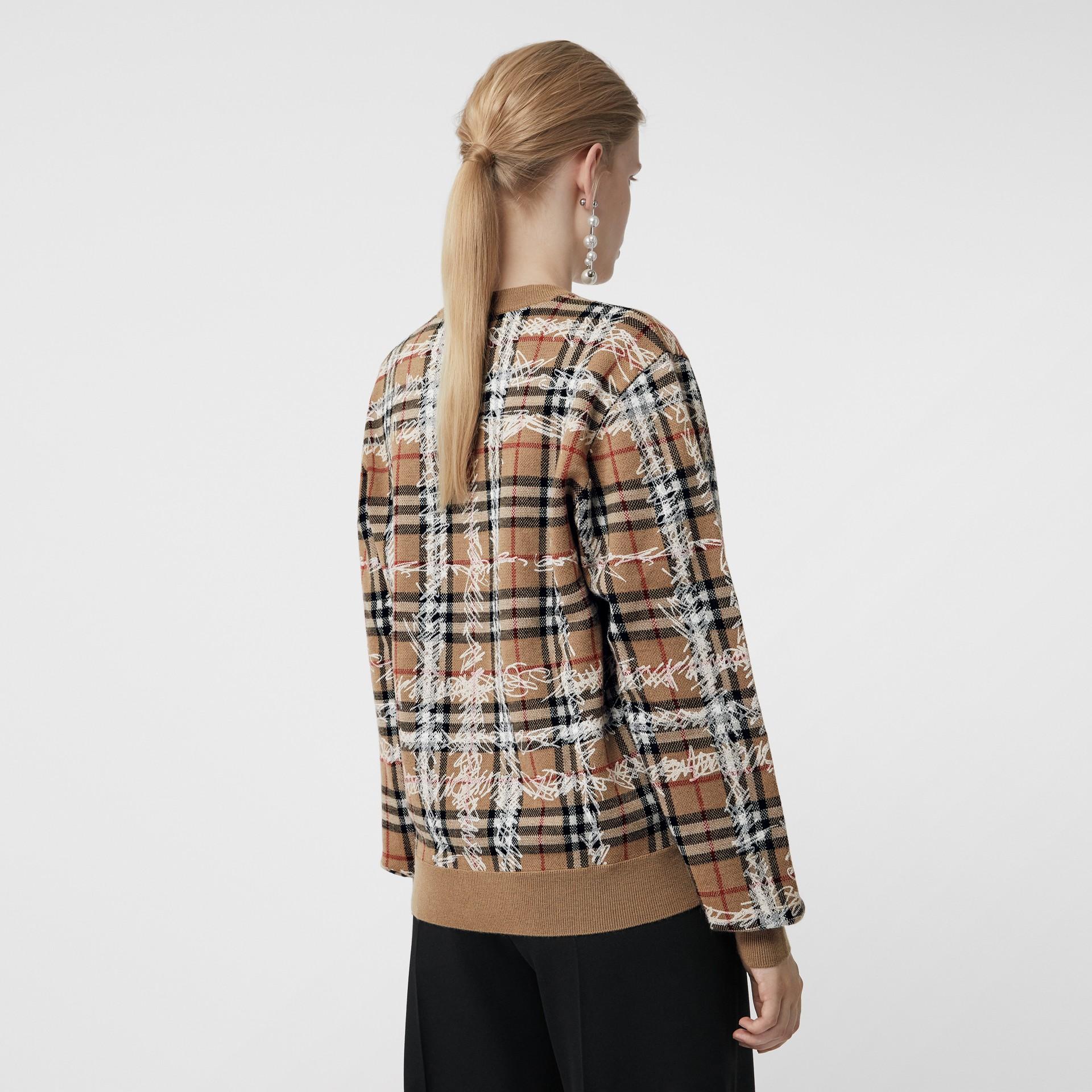 Pull en laine mérinos à motif check griffonné (Camel/blanc) - Femme | Burberry Canada - photo de la galerie 2